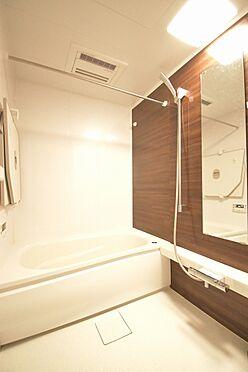 区分マンション-港区三田3丁目 浴室換気乾燥機が設置されているので、雨の日のお洗濯も安心です。