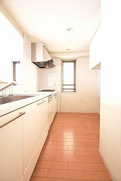 区分マンション-港区芝浦2丁目 リビングと一体感のある窓付きのキッチン