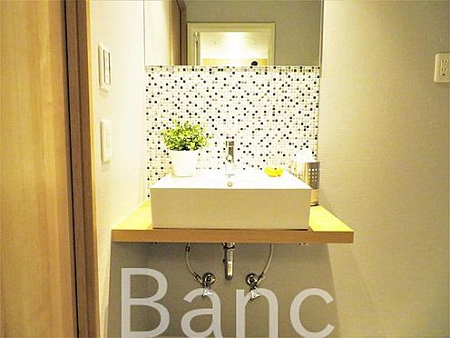 中古マンション-渋谷区元代々木町 スタイリッシュな洗面台、照明、コンセントもついています
