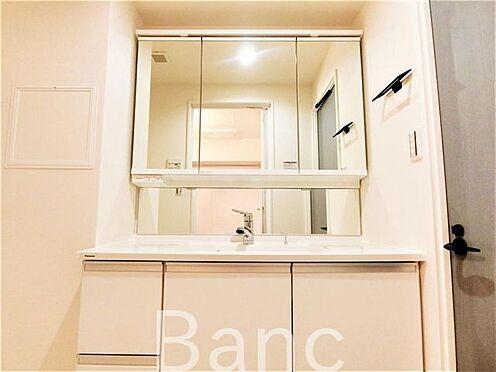 中古マンション-葛飾区水元1丁目 使い勝手のいい洗面台です。照明、コンセントもついています。鏡面裏は収納になっていて洗面台周りがごちゃごちゃしません。
