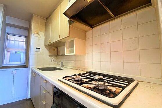 リゾートマンション-熱海市上多賀 キッチン:使用感のあるキッチン。交換をお勧めいたします。給湯器は2019年10月に交換済。