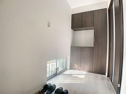 新築一戸建て-名古屋市守山区天子田1丁目 小窓がついて明るい光の差し込む玄関です。
