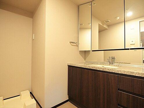 中古マンション-中央区晴海3丁目 独立した洗面所には三面鏡タイプの洗面化粧台があり、リネン類を入れられる収納もあり。