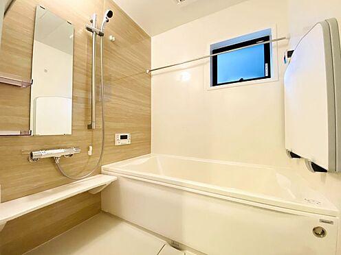 新築一戸建て-福岡市南区西長住3丁目 足を延ばしてゆっくりくつろげる浴槽サイズです。滑りにくい設計で、お子様とのお風呂も安心です。