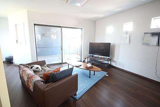 中古一戸建て-大和高田市三和町 濃い色合いの床材を使用し、落ち着いた印象のお部屋です。ソファーセットを置いてもゆとりある広さがございます。