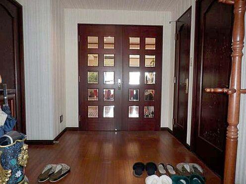 中古マンション-伊東市富戸 広々とした玄関です。床・建具ダークオーク色を使用している為、豪華さが増します。