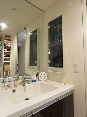 中古マンション-八王子市上柚木2丁目 大きな鏡の洗面台。つなぎ目が無くお掃除も楽々。