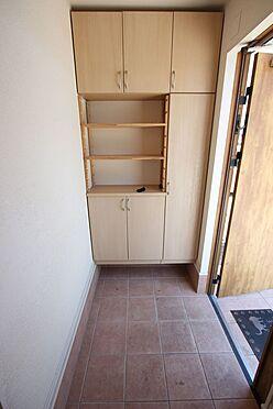 戸建賃貸-磯城郡三宅町大字伴堂 大容量のシューズボックスは30足程度入ります。散らかりがちな場所の整理に役立ちますね。