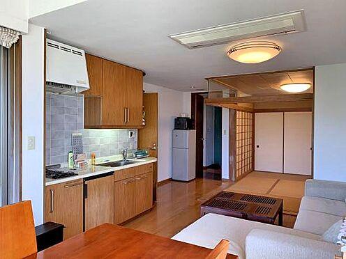中古マンション-伊東市富戸 ≪リビング≫ 反対側から撮影。奥に和室があります。