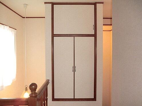 戸建賃貸-熊谷市江南中央3丁目 2階廊下の収納扉写真。