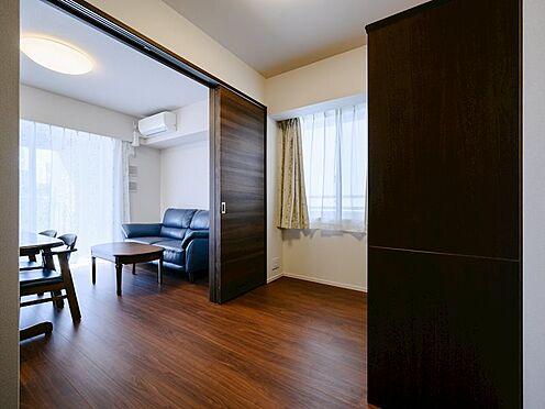 中古マンション-品川区勝島1丁目 【Room】心地よい光と風に包まれながら起床できるように開口を設けた安らぎのプライベート空間です。