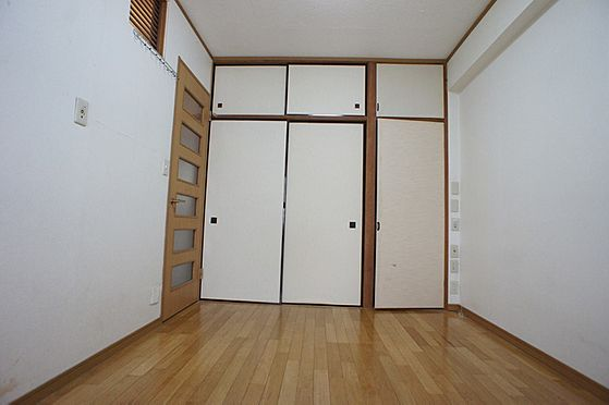 マンション(建物全部)-柏市東中新宿4丁目 玄関入って右の洋室です。収納たっぷりのお部屋です。