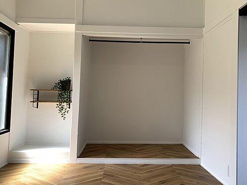 戸建賃貸-横須賀市坂本町2丁目 洋室にはハンガーパイプ、収納棚もございます ※リフォーム完了時の画像です