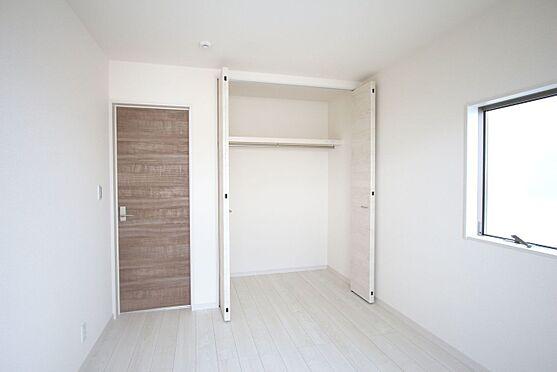 戸建賃貸-大和高田市大字吉井 2階洋室には全てクローゼットがございます。沢山の衣類や小物もすっきり整理できますね。