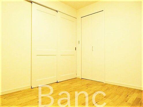 中古マンション-大田区西糀谷3丁目 洋室入口は引き戸式になっているのでドアのデッドスペースが無いのでお部屋を有効に使えます