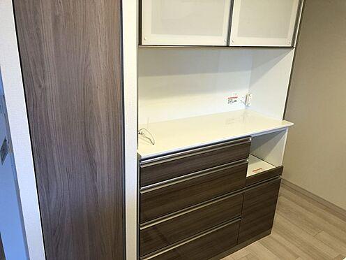 中古マンション-尾張旭市印場元町1丁目 収納が充実したカップボード付きで散らかりやすいキッチンも綺麗な状態を保つことができます。