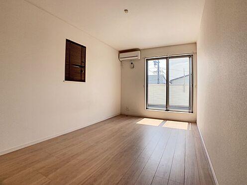 戸建賃貸-名古屋市守山区大字上志段味字稲堀田新田 2階の南側バルコニーに面した洋室。陽当り、風通し良好です!