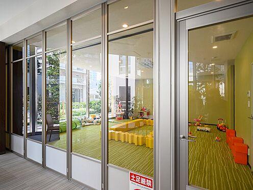 中古マンション-品川区東品川4丁目 キッズルームです。また、仕切り壁が透明なので、カフェラウンジにいても、中で遊ぶ子供の様子が伺えます。