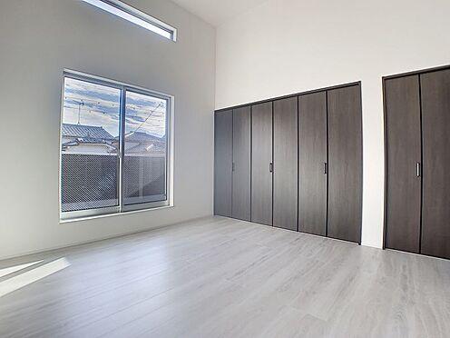 新築一戸建て-名古屋市守山区天子田1丁目 大きいクローゼットの横にもう一つクローゼットが付いています。欄間も付いて明るく収納たっぷりのお部屋です。