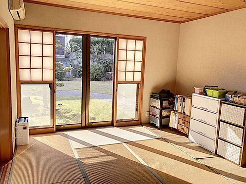 戸建賃貸-知多郡東浦町大字石浜字西平地 リビングに連なった和室からは綺麗なお庭がみえてとても居心地の良い空間です
