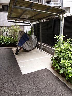 マンション(建物全部)-川口市芝新町 バイク置き場も屋根が付いてあります。