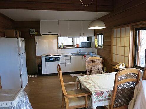 中古一戸建て-北佐久郡軽井沢町大字長倉 キッチンとダイニングです。軽井沢の新鮮な食材を生かしたお料理を皆様でどうぞ。
