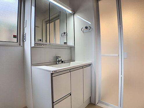 戸建賃貸-豊田市鴛鴨町下高根 収納たくさんの洗面台!横には窓もあります。換気をして湿気対策もばっちりです。