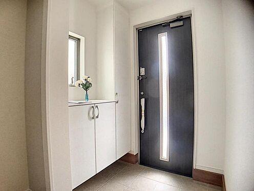 新築一戸建て-東海市養父町八ケ池 家族をあたたかく出迎えてくれる玄関(写真は2号棟仕様です)