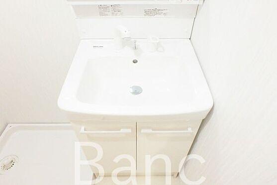 中古マンション-江東区南砂3丁目 使い勝手のいい洗面台です照明、コンセントもついています