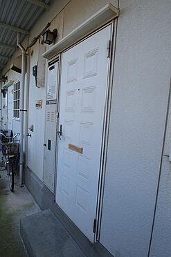 アパート-横浜市神奈川区白幡仲町 白を基調としたシンプルな玄関扉。