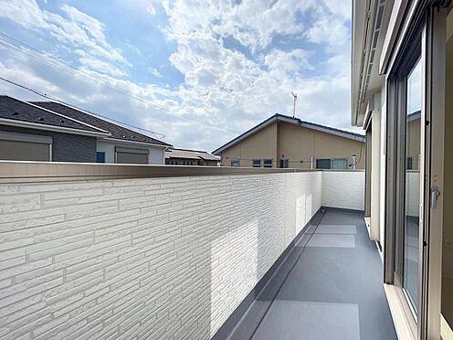 戸建賃貸-名古屋市中川区万場2丁目 約4.6帖のバルコニーは2部屋に面しており、どちらからでも出入り可能で使い勝手良好です♪
