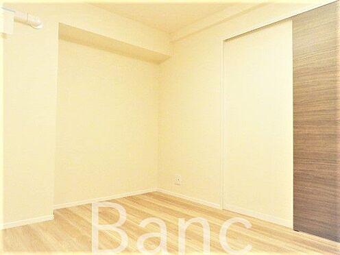 中古マンション-渋谷区代々木4丁目 お部屋の入口も引き戸式のドアなので開閉式の扉と違ってデッドスペースが無くなるのでお部屋を有効に広く使えます