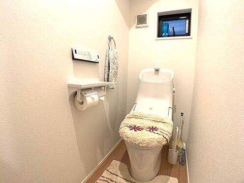 戸建賃貸-名古屋市東区百人町 清潔感のある高性能トイレです。窓があるので換気もできます。