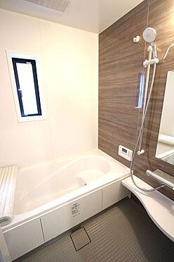 新築一戸建て-大和高田市南今里町 1坪サイズのゆったりした浴室で足を伸ばしておくつろぎ下さい。キッチンからボタンひとつでお湯はりや追い焚きができます。