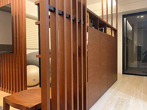 区分マンション-中央区湊3丁目 間仕切りとしても機能している両面収納。