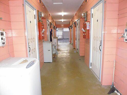 アパート-座間市相武台2丁目 南側棟と北側棟の間の共用廊下は、雨・風等の影響を受けにくい中廊下式になっています。(1、2階共通)