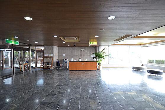 リゾートマンション-熱海市熱海 フロントロビーでは日中はいつも受付の女性の方おり、オーナー様のお出迎え、お見送りをしています。