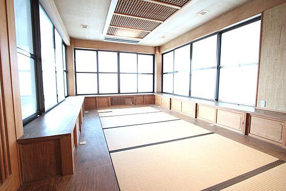 中古一戸建て-橿原市十市町 3面の窓から日差しが入る大変明るいお部屋です。壁際には収納スペースを配置。天井の細工は大変手の込んだ物です。