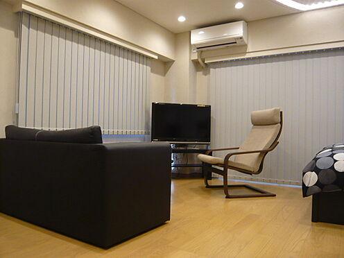 中古マンション-文京区本郷3丁目 洋室にソファーセットを配置。家具・小物類は販売価格に含まれます