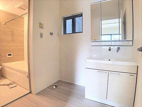 新築一戸建て-名古屋市北区辻町8丁目 水ハネを防止する一体型のカウンター。散らかりがちな洗面台もすっきりと収納できるスペースがあります。