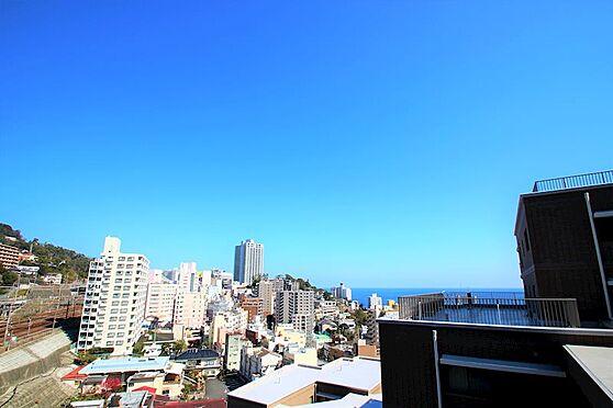 リゾートマンション-熱海市咲見町 バルコニーからの眺望:熱海の街並みの先に相模湾を望みます。