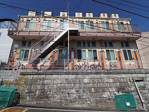 アパート-横浜市鶴見区東寺尾1丁目 前面道路、正面から見た様子。各お部屋にロフト(6.82m2)が有ります。