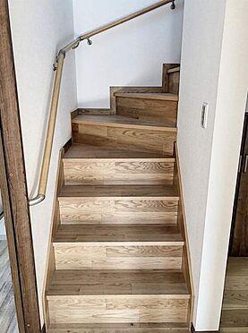 戸建賃貸-知多郡東浦町大字森岡字山之神 木目調の温かみのある階段。段差も高すぎないのでお子様やご高齢の方にも安心してお使いいただけます。