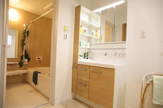 戸建賃貸-岡崎市上里2丁目 洗面化粧室【施工例】3面鏡の内側は全て収納!中にコンセントもついてます。