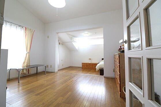 中古マンション-八王子市南大沢5丁目 2階部分約10帖の洋室。窓が多くとても明るくルーフバルコニー付きです