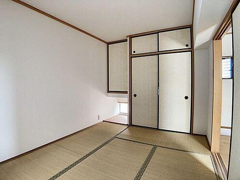 中古テラスハウス-名古屋市中川区中郷3丁目 6帖の和室です!押入れ収納もたくさんございます。小窓からの光がおしゃれを演出しています!