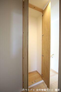 戸建賃貸-高市郡明日香村大字岡 2階廊下にも収納がございます。わずかなスペースでも無駄にせず有効活用されています。