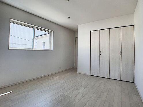新築一戸建て-名古屋市守山区新守山 大きめのクローゼットがついていて、3面に窓のある明るい洋室です。