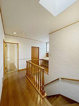 戸建賃貸-浦安市舞浜3丁目 エレガントな装飾手すりが、階段ホールを美しく彩ります。