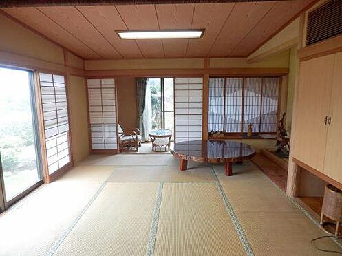 中古一戸建て-伊東市富戸 和室12帖 庭園を眺めながら過ごせる落ち着いたお部屋です。